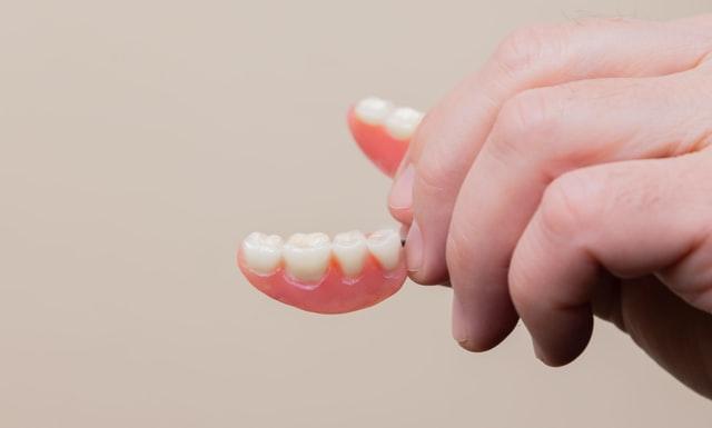 Tout ce que vous devez connaitre sur le nettoyage de la prothèse dentaire